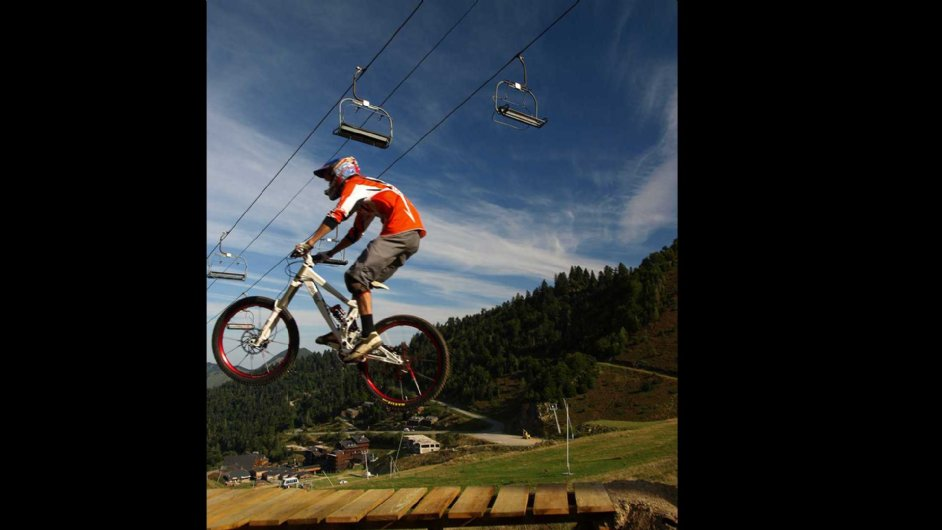 mountainbike jump in Guzet